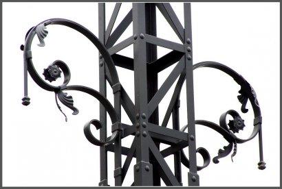 На Косвенной устанавливают копии старинных столбов