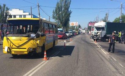 В Одессе грузовик столкнулся с маршруткой