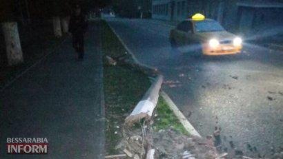 В Одесской области автомобиль снес электроопору, и... скрылся
