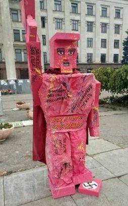 В Одессе на Куликовом поле появилась розовая бумажная скульптура неизвестного происхождения