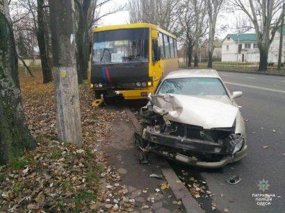 На поселке Котовского маршрутка столкнулась с легковым автомобилем. Есть пострадавшие