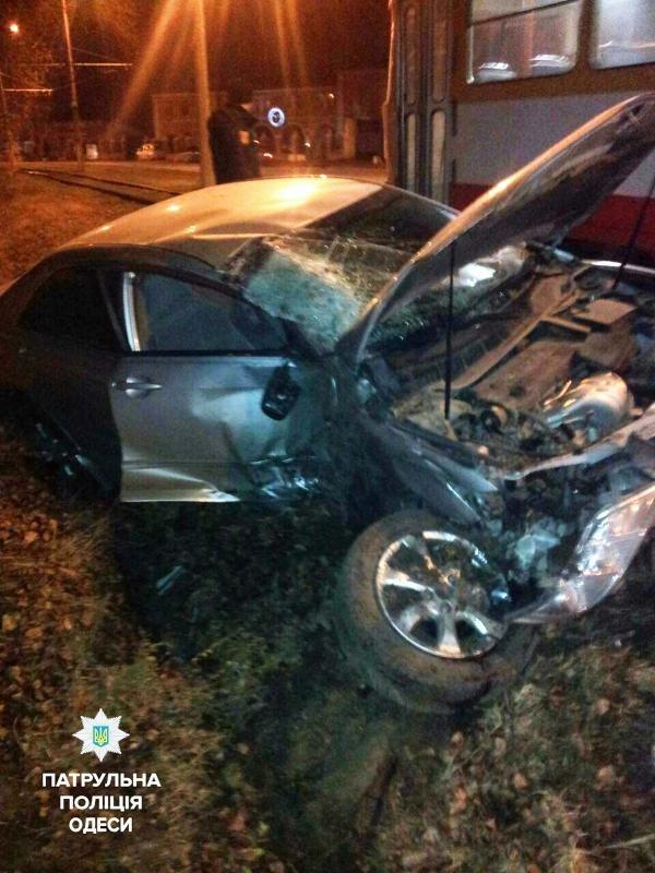 """""""Тойота"""" столкнулась с деревом в Одессе (фото)"""