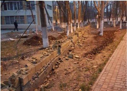 Забор возле школы №55 на Таирова неизвестные снесли. Снова…