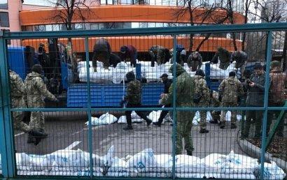 Радикалы в масках заблокировали редакцию телеканала NewsOne