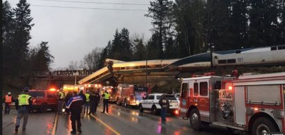 В США поезд сошёл с рельсов и рухнул с моста на оживлённую автотрассу
