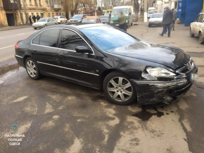В Одессе неадекватный водитель совершил ДТП и пытался въехать в супермаркет