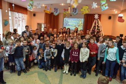 Воспитанников школ-интернатов и детских домов поздравили с наступающим Новым годом