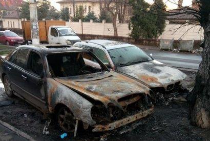 Сразу три автомобиля сгорели ночью на одной улице