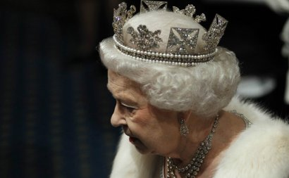 Как носить корону: советы от Елизаветы II  (ВИДЕО)