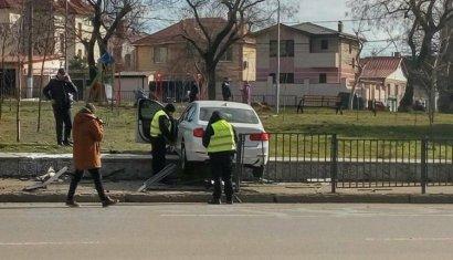 На Фонтане BMW повисла на бордюре сквера