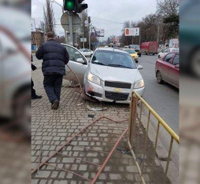 В Одессе иномарка протаранила придорожное ограждение