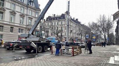 В Одессе демонтируют столбы возле Оперного театра