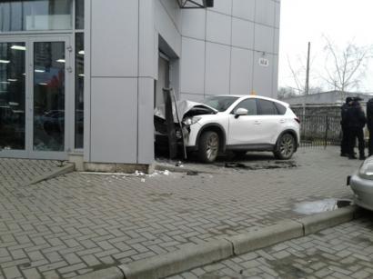 В Одессе автомобиль въехал прямо в автосалон