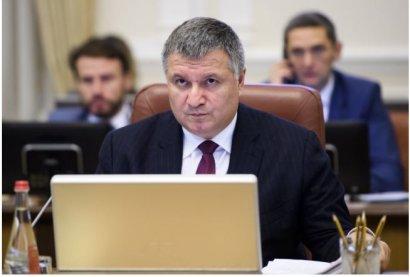 Министр МВД Арсен Аваков отменил свой приказ о награждении огнестрельным оружием бывшего бойца-добробата, который подозревается в ранении полицейского возле Соломенского районного суда