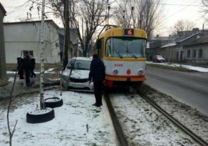 Сразу двух женщин зажало между трамваем и деревом на Слободке
