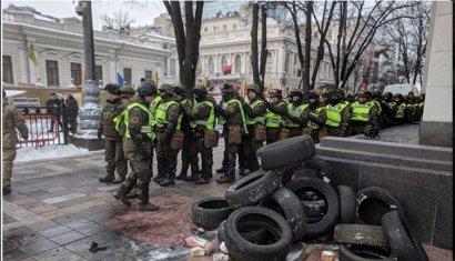 В результате стычек между протестующими и полицией под зданием парламента пострадали 8 сотрудников правоохранительных органов.