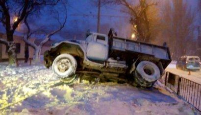 В Одессе под асфальт провалился грузовик