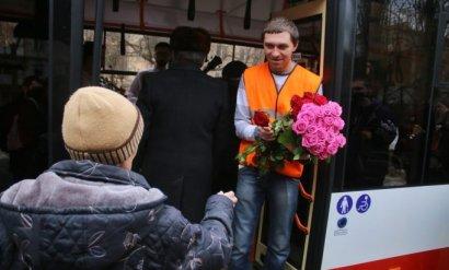 Сегодня в троллейбусе с женщин не берут плату за проезд. А еще дарят цветы