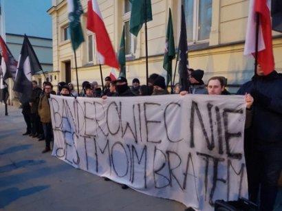 Поляки сожгли портреты Бандеры и Шухевича у посольства Украины в Варшаве