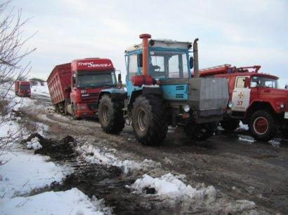 На дорогах области в ямах «гармошкой» складываются грузовики