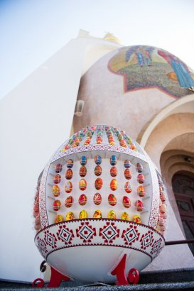 Праздничная пасхальная инсталляция возле храма Святой мученицы Татианы