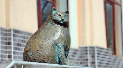 Памятник самой толстой кошке Одессы Баззарине возле Нового рынка