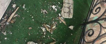 На Дерибасовской отвалилась часть лепнины с карниза одного из домов