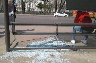 В Одессе вандалы разгромили еще одну остановку
