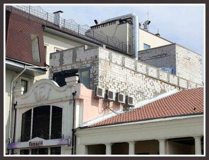 На греческом доме строят... дом?