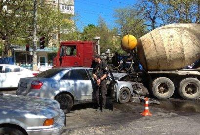 В Одессе иномарка столкнулась с… бетономешалкой