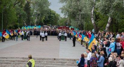 В праздник Великой Победы одесситы возложили цветы к памятнику Неизвестному матросу и стеле Крылья Победы