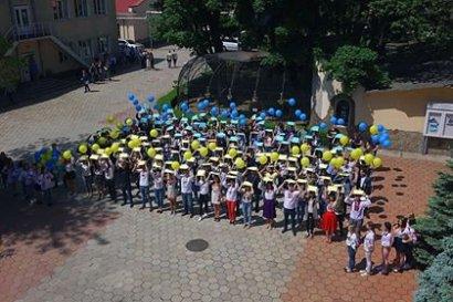 В День вышиванки студенты Одесской Юракадемии организовали флешмоб