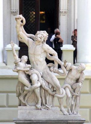 Лаокоона и его сыновей в очередной раз вылечили и оградили от вандалов