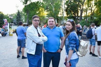 В Ротонде Горсада продолжают звучать песни об Одессе