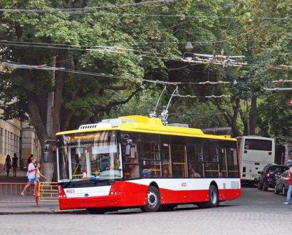 В Одессе из троллейбуса выпала женщина