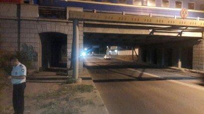 В Одессе женщина спрыгнула с железнодорожного моста на проезжую часть
