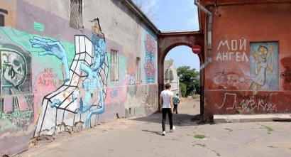 Историческая арка на Софиевской: на смену монстрам пришла современная настенная графика
