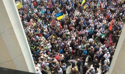 Участники митинга под Верховной Радой утром применили против правоохранителей дубинки и слезоточивый газ
