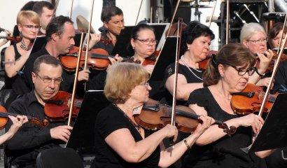 На Думской площади выступил оркестр под управлением Хобарта Эрла
