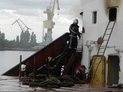 На судоремонтном заводе в Херсоне загорелось судно