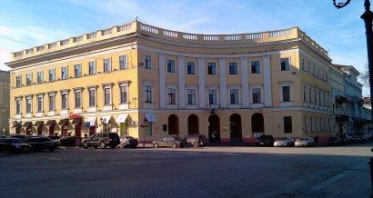 На Приморском бульваре приступили к реконструкции знаменитого полуциркульного дома