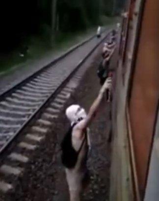 Неизвестные в балаклавах остановили электричку под Киевом, забросав камнями машинистов, и разрисовали её