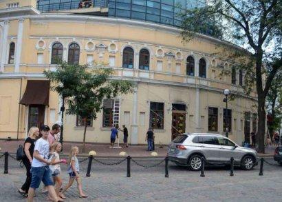 Коммунальные службы Одессы среагировали моментально: скандальный рекламный плакат с ТЦ «Галерея Афина» «Склад» демонтировали