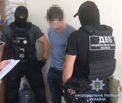 Полицейские задержали мужчину, который предлагал следователю взятку