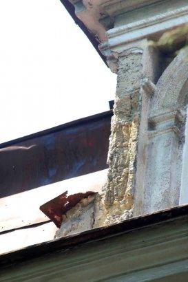 На фасадах старинных зданий в Одессе укрепят лепнину и карнизы