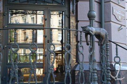 На Большой Арнаутской, 39 в Одессе торжественно открыли новую, пятую по счету, скульптуру офисного кота