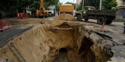 Причиной провалов грунта и разрушения асфальтного покрытия на участке улицы Львовской был производственный дефект нескольких труб