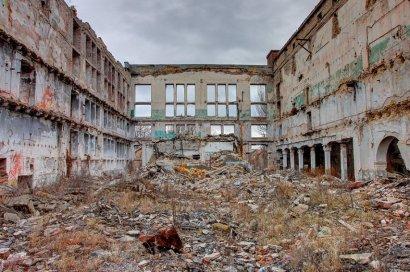 Территория завода «Большевик» превратилась в большую мусорную свалку