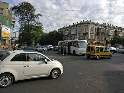 В Одессе из-за неработающего светофора на Прохоровской, в ДТП попал автобус маршрутного такси