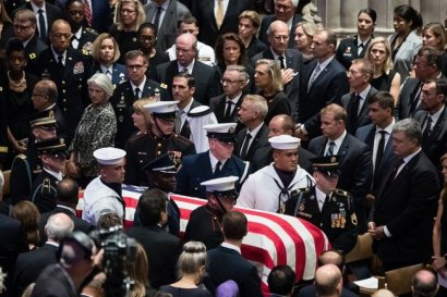 """""""Герой Украины"""": Порошенко попрощался с Маккейном в Вашингтоне"""